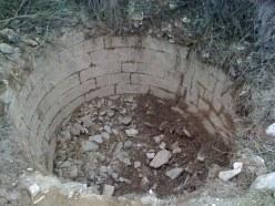 Cubo cubierto de escombros