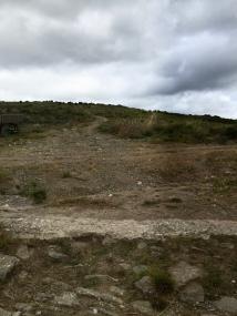 Fin de la Calzada Romana. Enfrente el camino discurre por el llamado Cerro de Ciriaco.