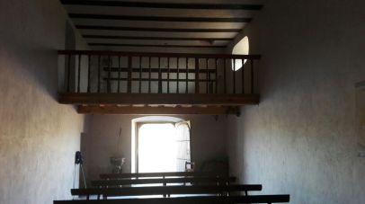 Vista de la puerta y coro alto de la ermita