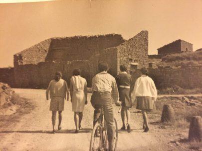 Jóvenes por la carretera junto a Santa Eufemia