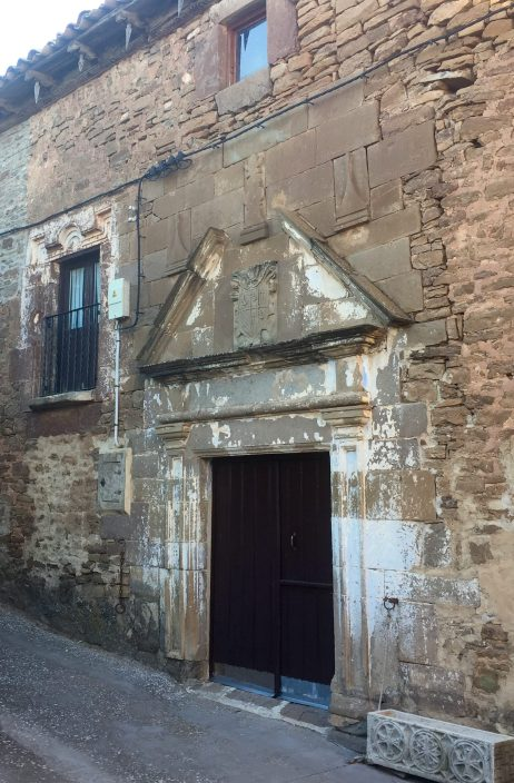 Casa de Areso. Destaca la portada con escudo heráldico en el frontón.