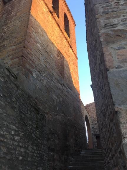 Callejón junto a la torre