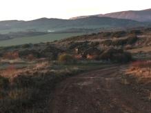 Corral de Primicia de Las Costeras. Al fondo se ven campos en el municipio de Sangüesa