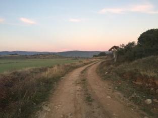 El camino transcurre por el vallecico de Lerda
