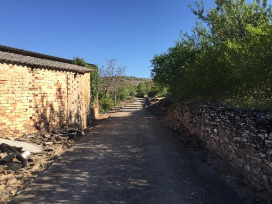 Salida del pueblo por el camino del cementario. Pasamos junto a la era de José León (mano izquierda).