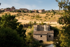 Edificio del molino y vista de Undués