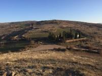 Vista del cementerio nuevo de Undués de Lerda desde lo alto del cerro de Santa Águeda