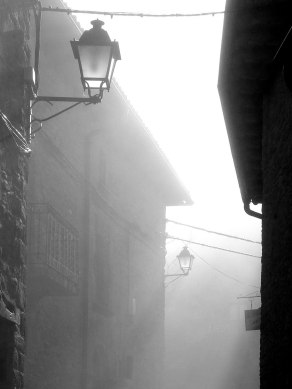 Calle mayor entre la niebla