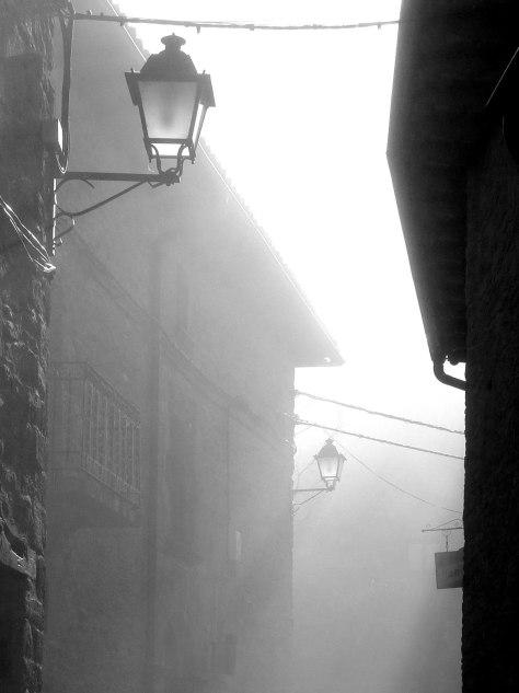 Calle mayor entre la niebla