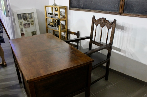 Mesa y silla del maestro de la escuela de Undués.