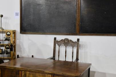 Mesa y silla antiguas del profesor
