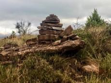 Mojón de piedras que dejan los peregrinos en el camino